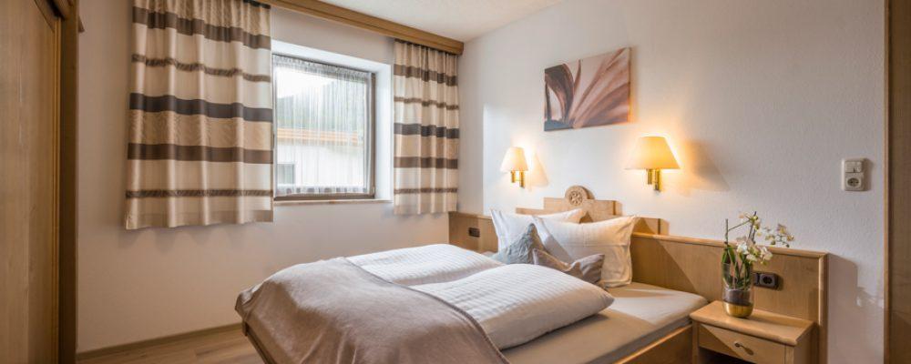 Haus_Alpin_Austrasse_17_Ellmau_05_2019_App_Typ_1_40m2_Schlafzimmer.jpg